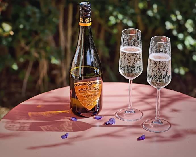 Meadow-champagne-flutes-with-processco